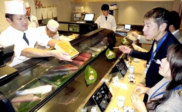 羽田空港に立ち食いスタイルすし店開店!