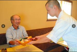 春節利用で食べチャイナ!大挙して来日、中国人観光客がマグロ解体ショーに歓声
