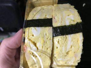 スーパーで買ったお寿司の玉子が暗い所で謎の発光 → その原因が判明! 気になる毒性のある無しは・・・