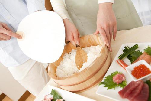 酢飯を作るときにうちわで扇ぐ理由とは?