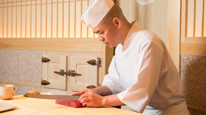 【鮨 さいとう】齋藤孝司氏インタビュー「鮨屋の範疇を超える仕事はできません」